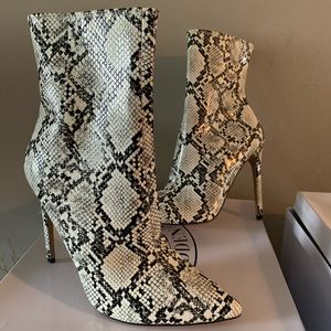 New Steve Madden Boots Size 8 glow in the dark